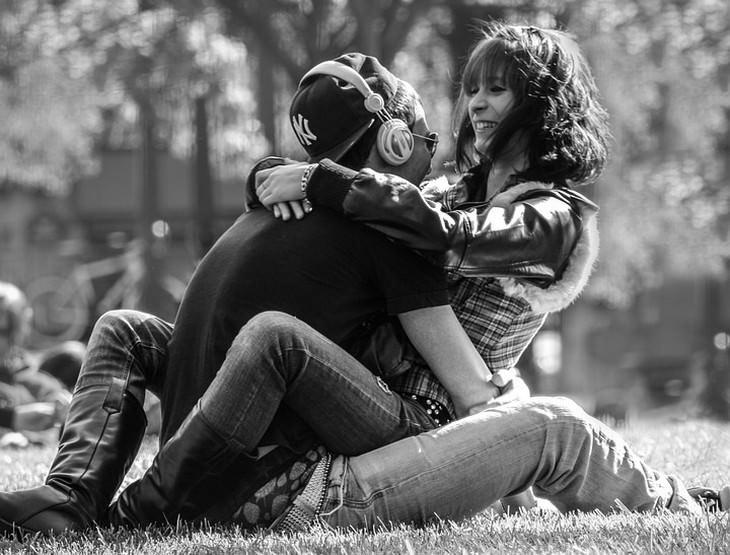 זוג מחובק בפארק