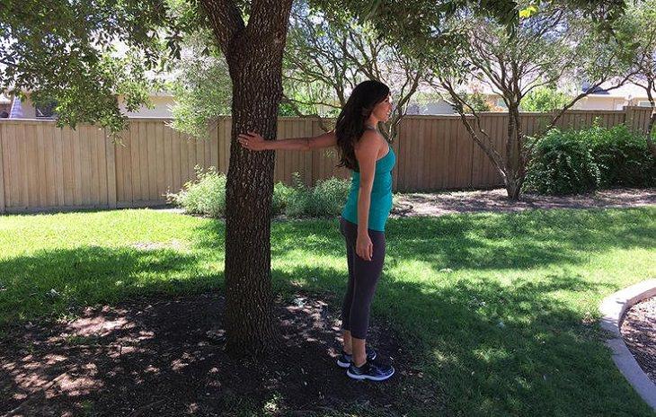 הדגמת תרגיל פתיחת חזה וכתפיים
