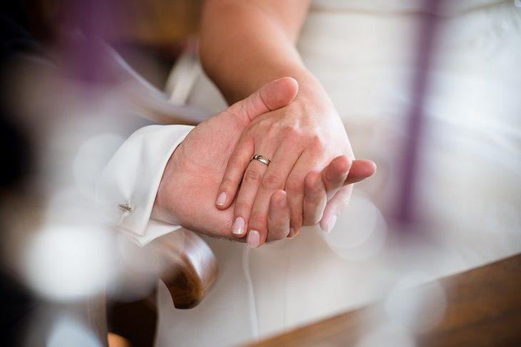 זוג אוחז ידיים