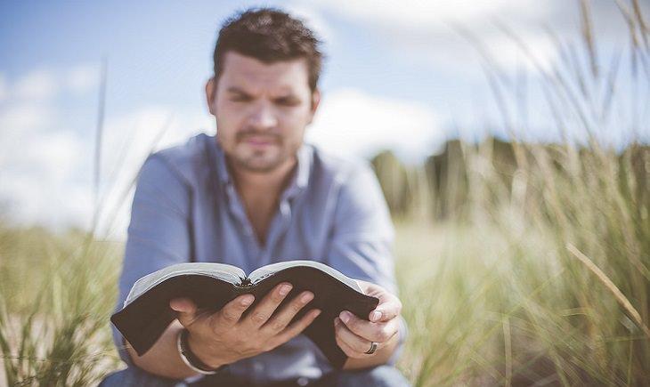 טיפים מפתיעים לחיזוק המוח: גבר קורא בשדה