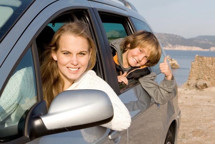 אישה וילד במכונית
