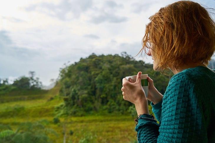 אישה שותה כוס קפה