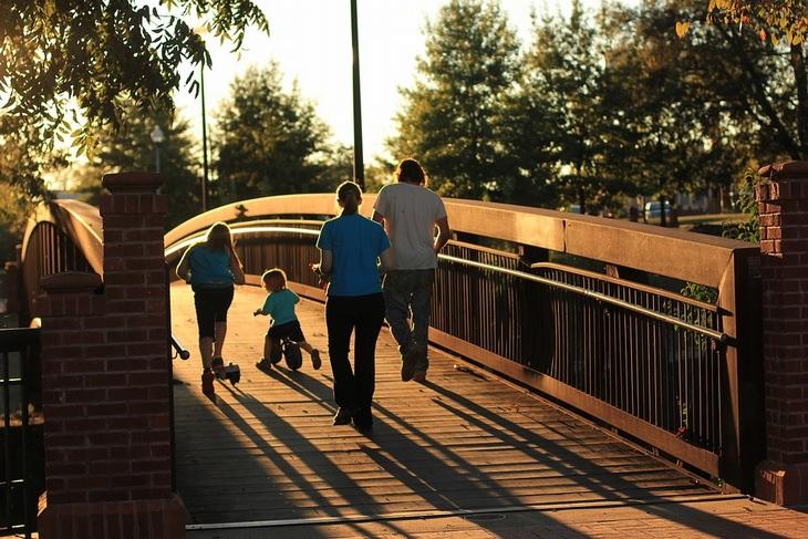 משפחה מתהלכת על גשר