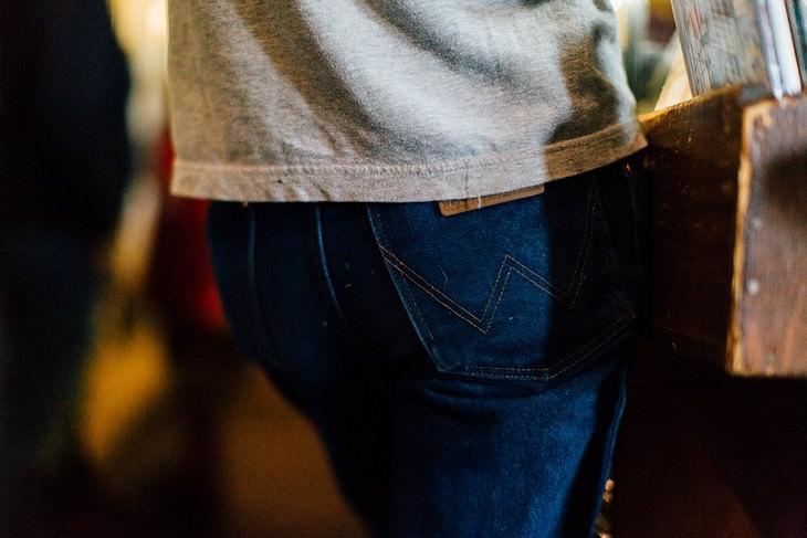 צילום של ישבן במכנסי ג'ינס