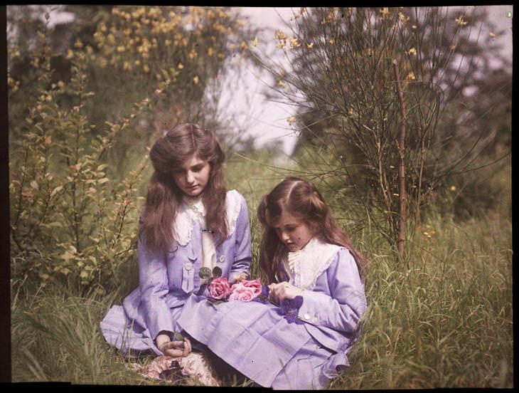 אחיות מבלות יחדיו בחורש הטבעי, 1911