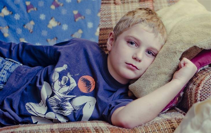 ילד שוכב על ספה