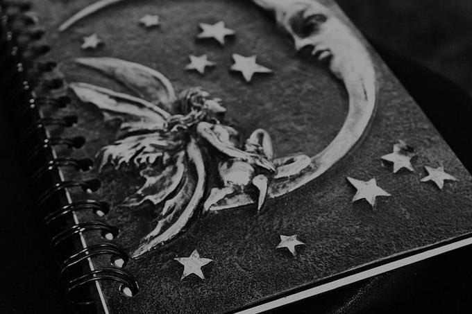 ספר עם איור של ירח ופיה על הכריכה