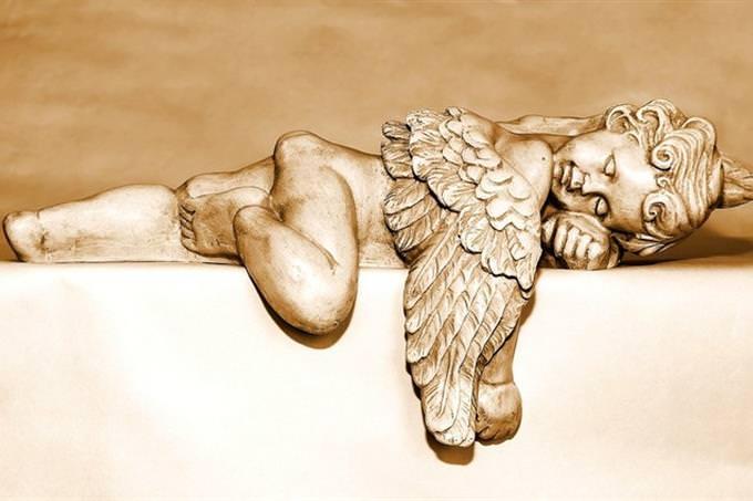 פסל של מלאך ישן