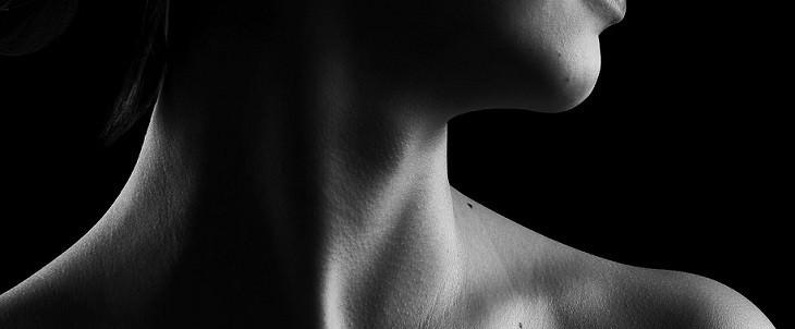 צוואר חשוף של אישה