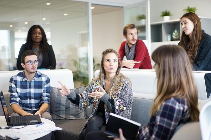 אישה מדברת לאנשים אחרים במשרד