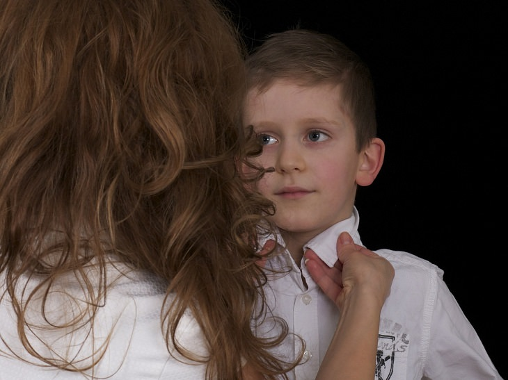 אמא מסדרת את הצווארון של ילדה