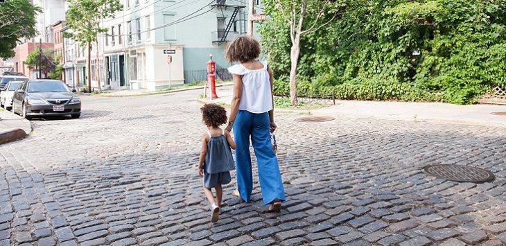 אם מתהלכת ברחוב עם בנה