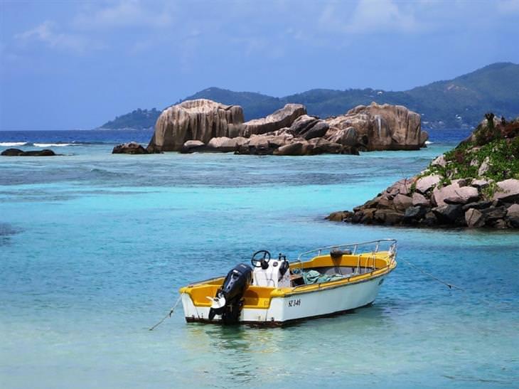 סירה בתוך מים לצד סלעי גרניט בסיישל