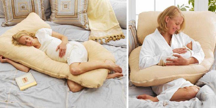 אשה עם כרית מיוחדת להריון והנקה