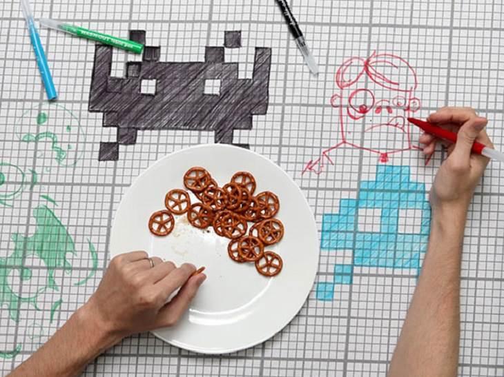 אדם אוכל על גבי מפה שניתן לקשקש עליה