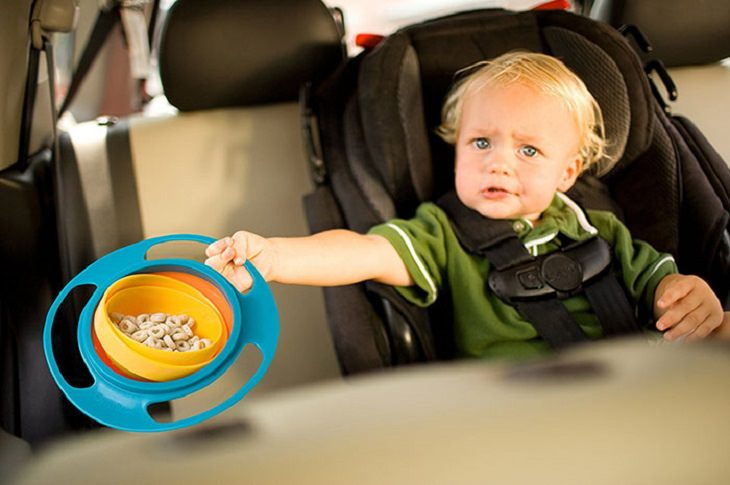 ילד עם קערה המונעת החלקה של אוכל