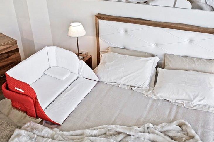 מיטה עם עריסה ניידת שניתן לחבר לה