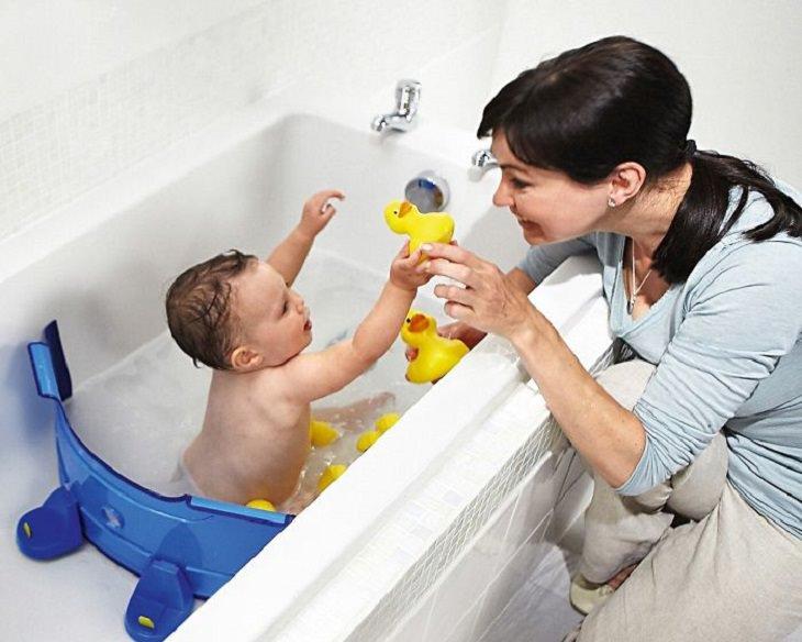 ילד במקלחת עם אביזר מגן