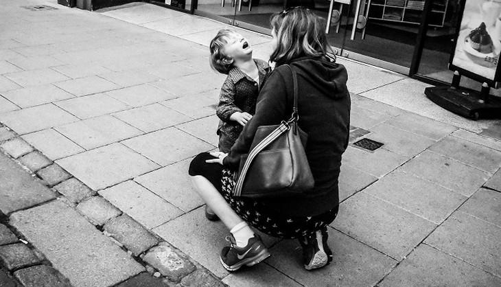 ילד צורח באמצע הרחוב ליד אימו