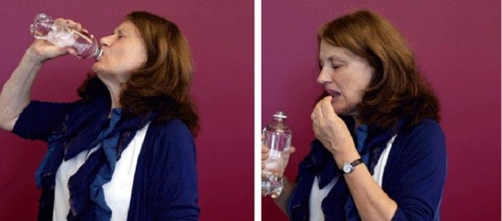 אישה לוקחת כדור באמצעות שתייה מבקבוק