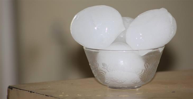 קוביות קרח בקערה