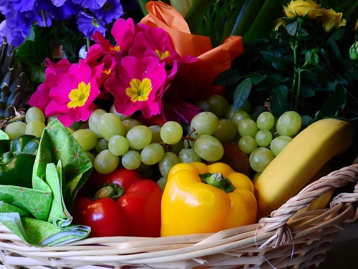 סלסילה עם פירות, ירקות ופרחים