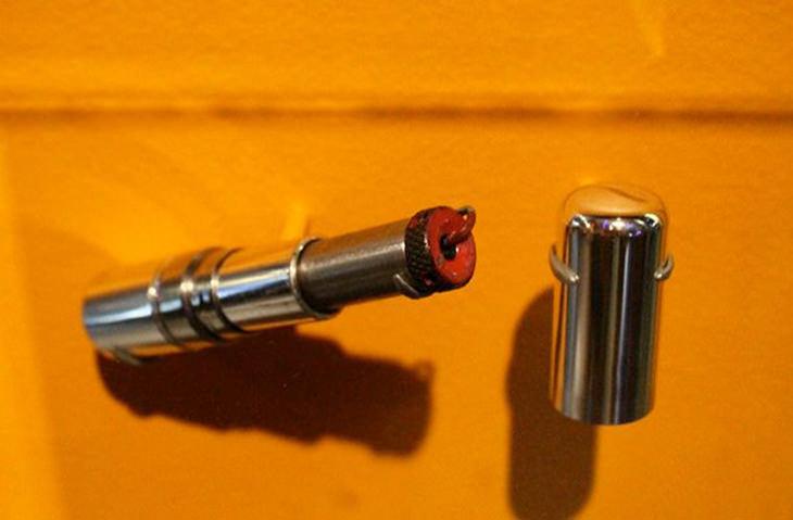 אקדח שפתון (נשיקת המוות)