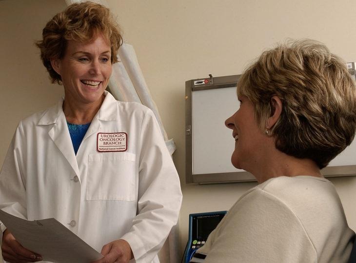 רופאה וחולה משוחחות
