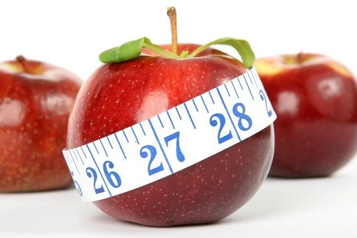 תפוח עטוף בסרט מדידה