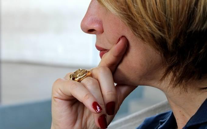 אישה מחזיקה את הסנטר בידה