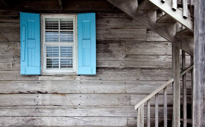 צד של בית עם חלון