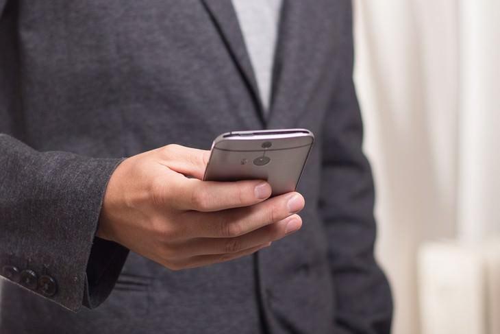גבר מחזיק טלפון סלולרי