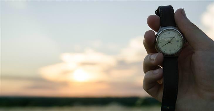 יד של אדם שמחזיק שעון יד