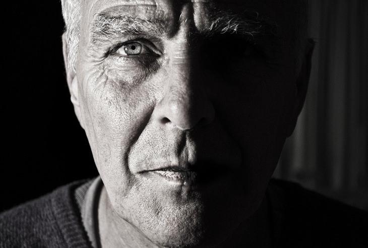 תסמונת העיניים היבשות: תקריב על פנים של גבר חצי מואר