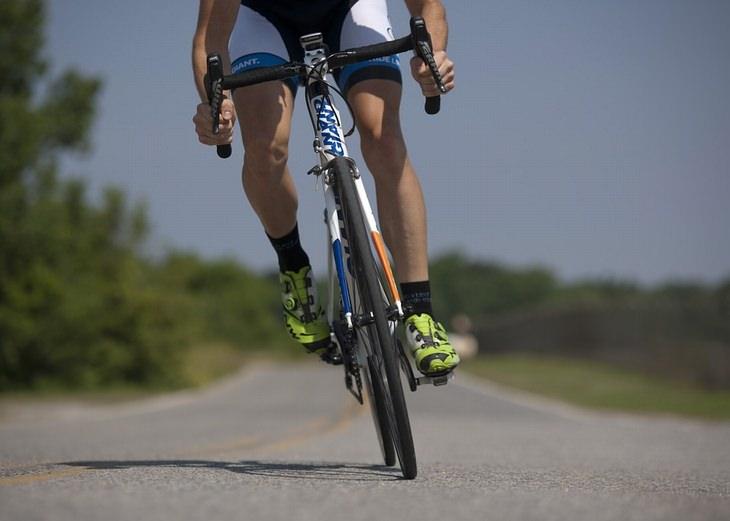 סיבות לתסמונת העיניים היבשות: גבר רוכב על אופניים בכביש