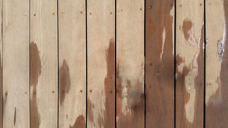 הסרת כתמי שתן: רצפת פרקט רטובה