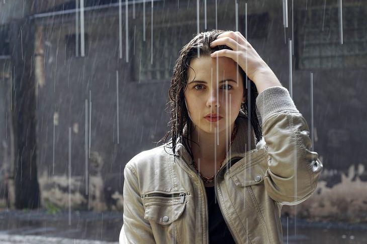 סודות הטיפוח של סבתא: אישה עומדת בגשם ברחוב