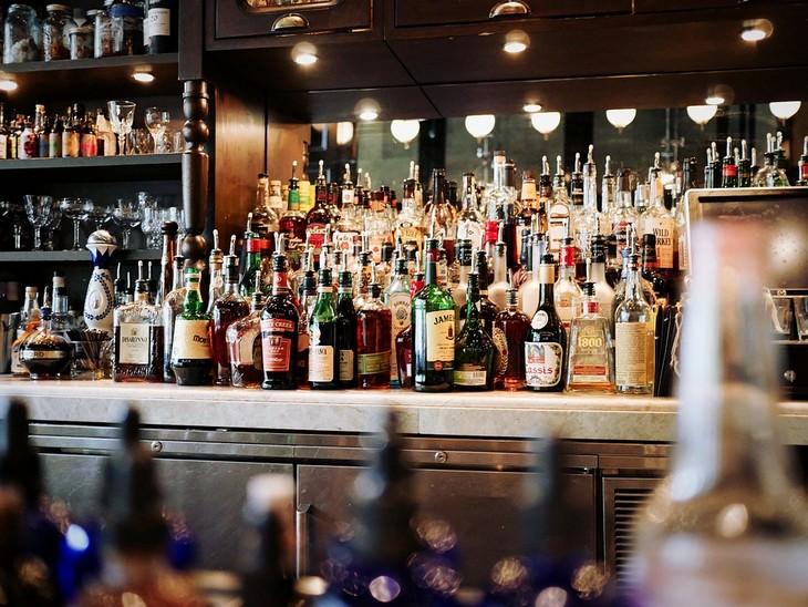 דרכי הגנה מפני סרטן העור: בקבוקי משקה מונחים על בר