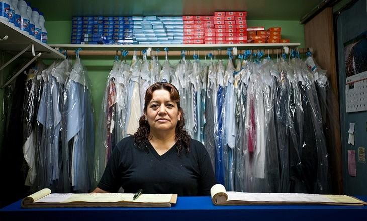פריטים מסרטנים בבית - אישה בחנות לניקוי יבש