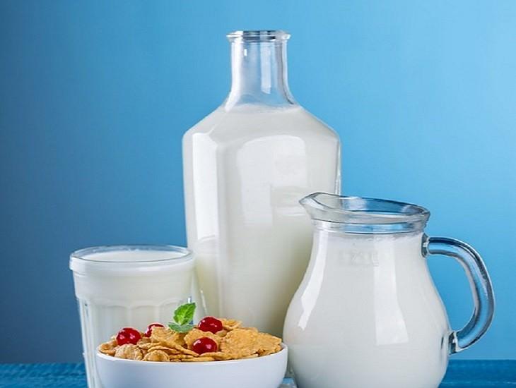 מאכלים שמשבשים חילוף חומרים: חלב בכלי זכוכית שונים לצד קערת קורנפלקס