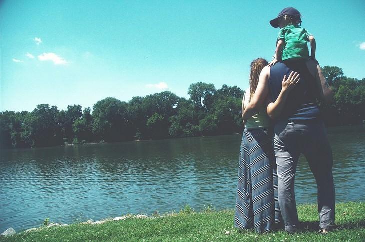 אירועי אוגוסט 2017: משפחה עומדת מול אגם