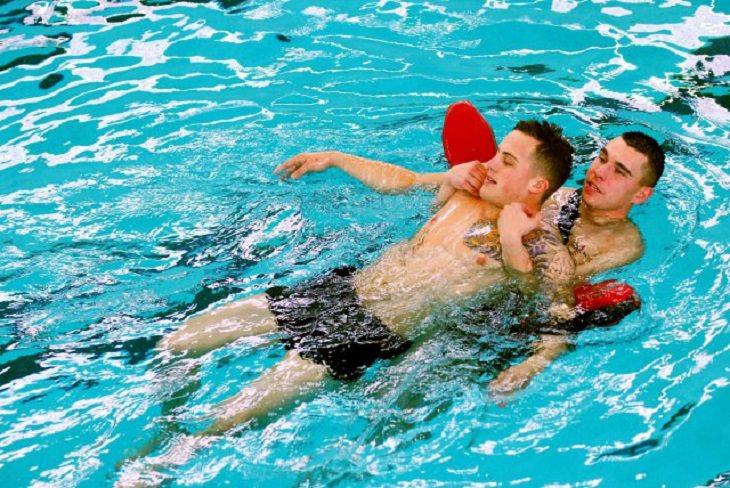 עצות למניעת טביעה: אדם עם מצופים גורר בתוך המים אדם אחר