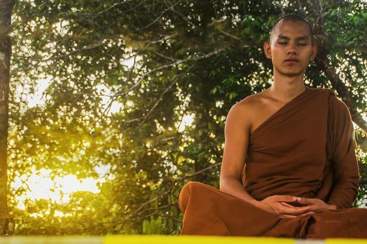 תרגיל חמשת הטיבטים: נזיר עושה מדיטציה