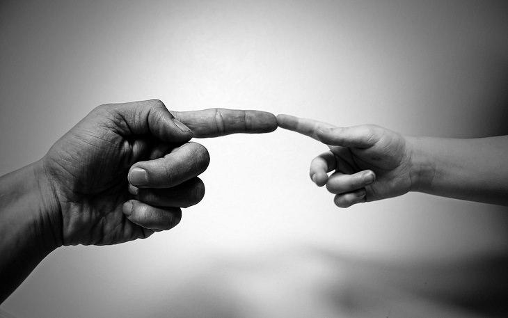 הדבקה רגשית: אצבע נוגעת באצבע בכף יד הניצבת מולה