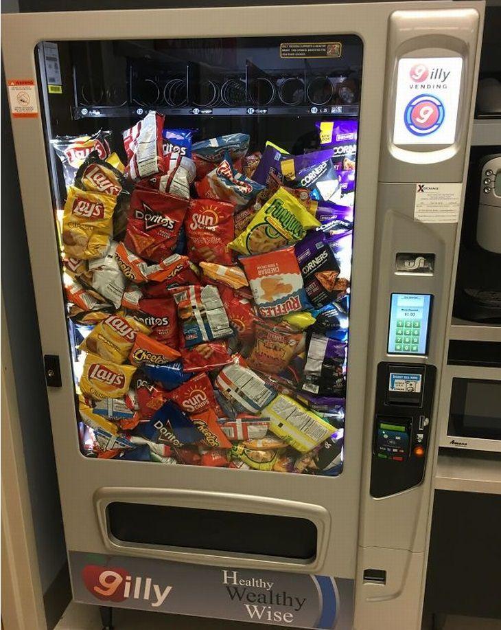 הפתעות באוכל:מכונת חטיפים שהחטיפים נערמו בה לפני נפילה לחריץ
