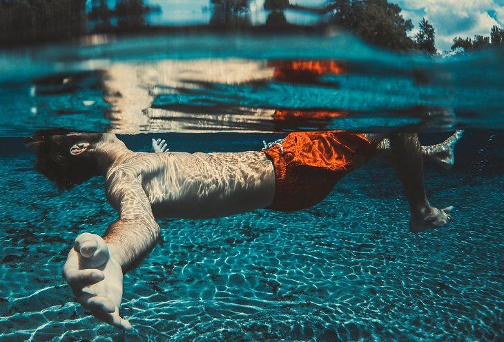 עצות למניעת טביעה: אדם צף במים