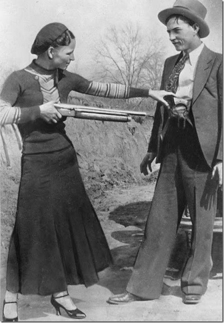 תמונות נדירות של אישים מההיסטוריה: צמד הפושעים המפורסמים, בוני וקלייד (1933)