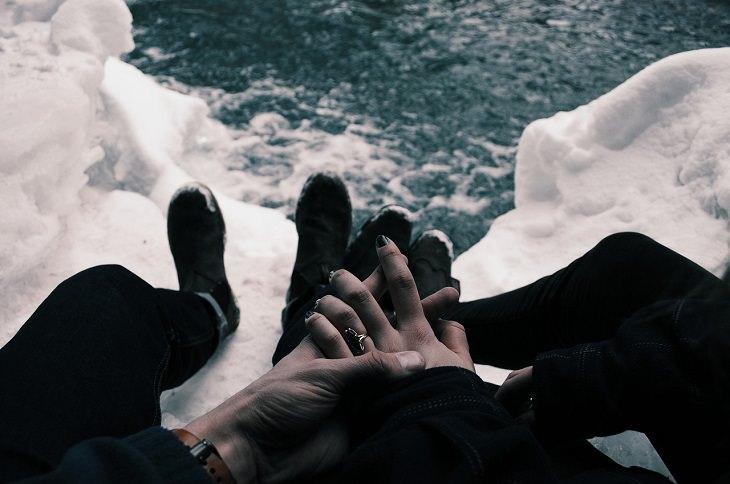 איך להחזיר את האושר: שני אנשים אוחזים ידיים מעל אגם קפוא