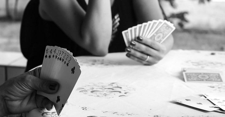 תחביבים שתורמים לבריאות: משחק קלפים