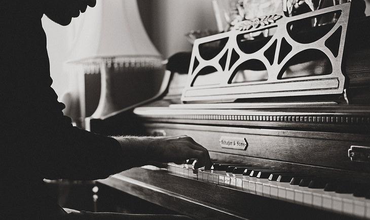 תחביבים שתורמים לבריאות: אדם מנגן על פסנתר